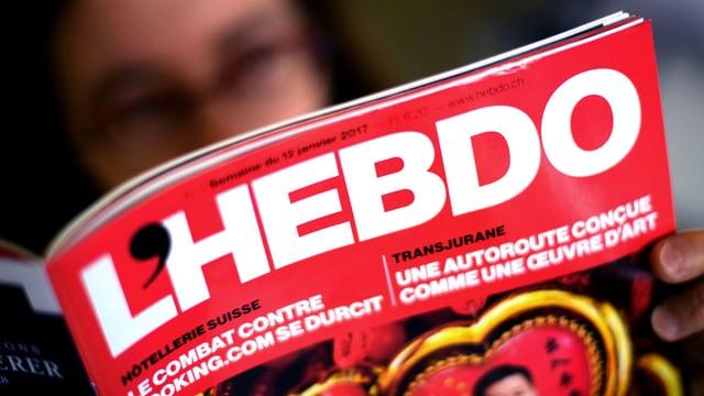 Ein Mann liest «L'Hebdo».