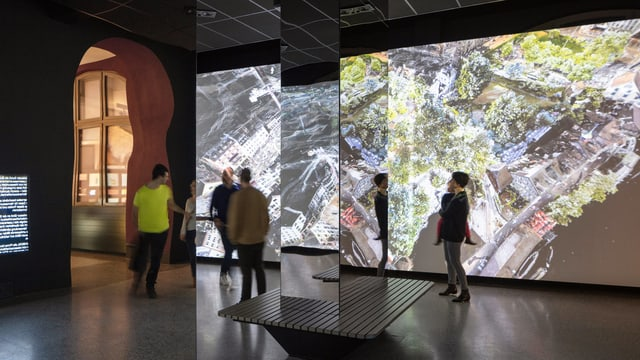 Ausstellungsraum im Landesmuseum mit Filmen an der Wand