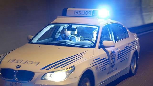 Symbolbild Polizeistreife unterwegs mit Blaulicht