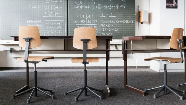 Eine beschriebene Wandtafel, Schulbänke und Stühle aufgenommen in einem Mathematikzimmer der Bezirksschule am 25. September 2014 in Suhr, Kanton Aargau.