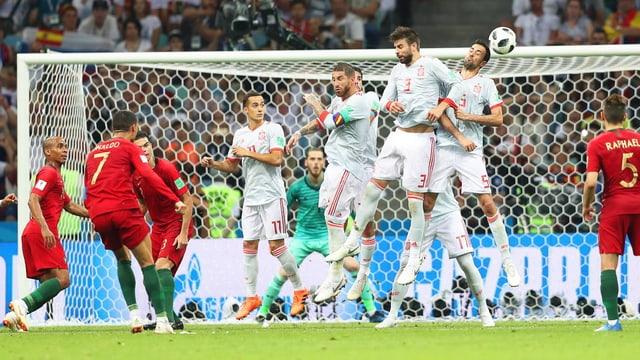 Purtret da Ronaldo che sajetta in culp liber en il gol.