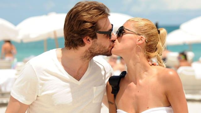 Tomaso Trussardi und Michelle Hunziker küssen sich.