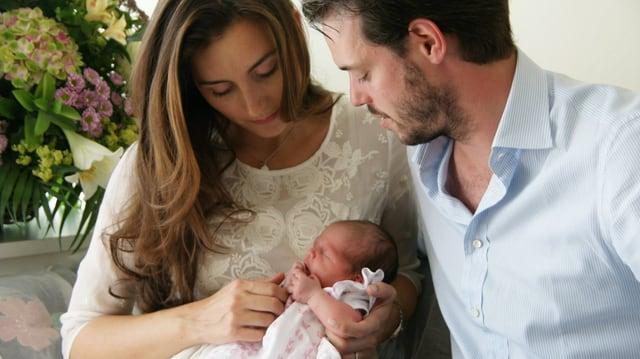 Prinzessin Claire, Prinz Félix halten ihr Baby auf dem Arm
