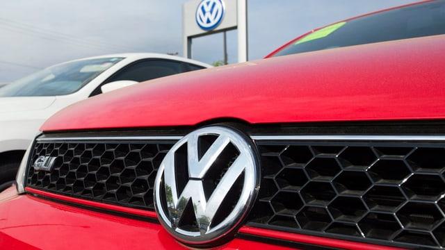 Ina part davant d'in auto da VW - davostiers ina tavla cun il logo da VW