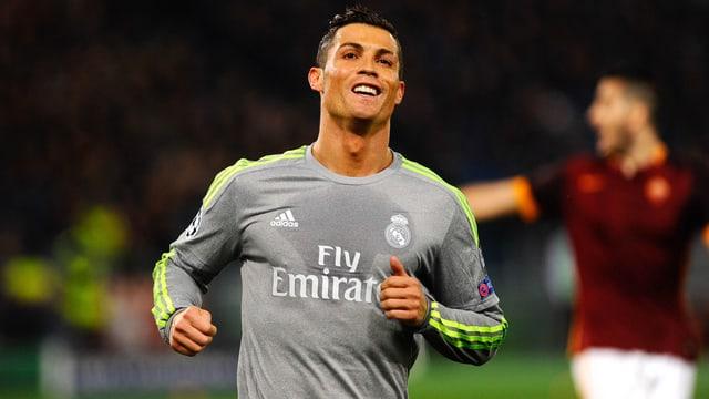 Cristiano Ronaldo lächelt.
