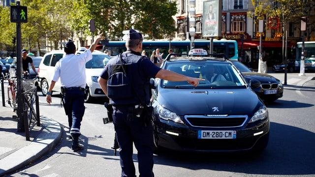 In polizist sviescha il traffic enturn la zona nua che l'auto è vegnì plazzà.