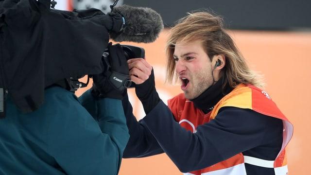 Pat Burgener schreit in eine Kamera