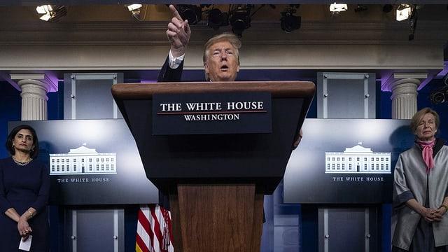 Donald Trump am Rednerpult vor den Medien