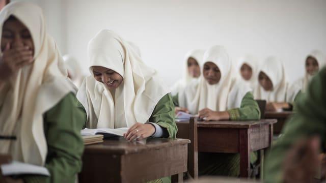 Nach dem Tsunami so schnell wie möglich wieder zur Schule: Mädchen in Banda Aceh
