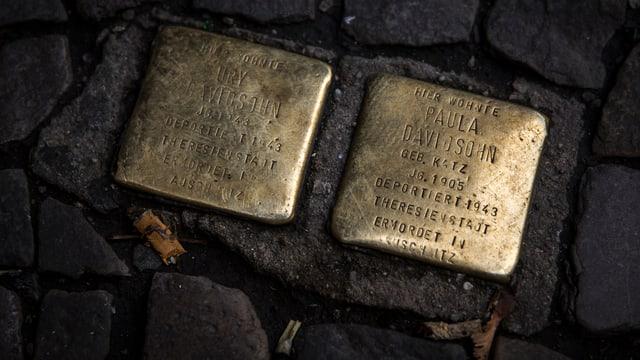 Goldene Stolpersteine zwischen Pflastersteinen