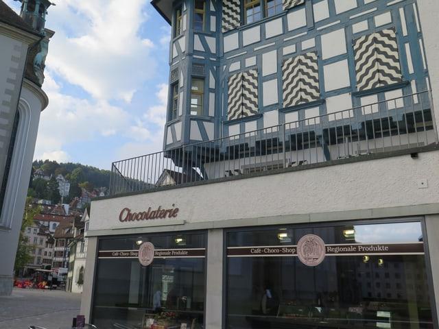 Ein Balkon mit grauem Geländer in der St. Galler Innenstadt.