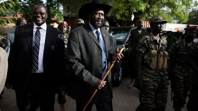 Präsident Salva Kiir (rechts) und sein ehemaliger Stellvertreter Riek Machar gehen nebeneinander.