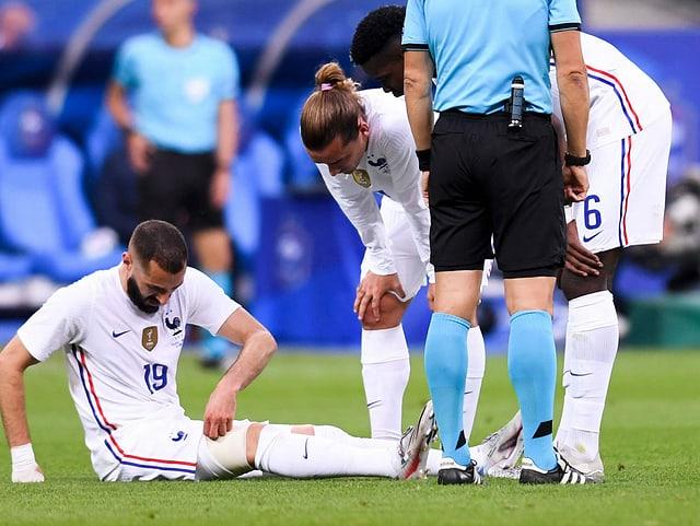 Karim Benzema verletzt am Boden.