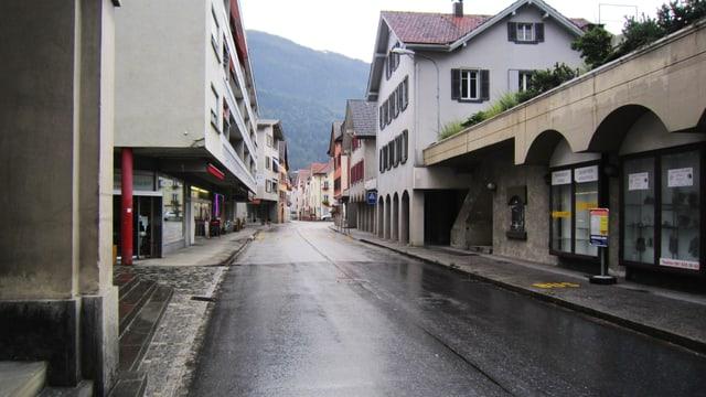 La via principala tras il vitg da Domat che duai vegnir sanada.