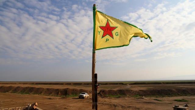 Auf der YPG-Flagge ziert ein roter Stern den gelben Grund.
