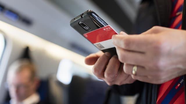 In conductur controllescha in Swisspass cun ses telefonin.