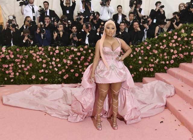 Nicki Minaj auf dem rosa Teppich.
