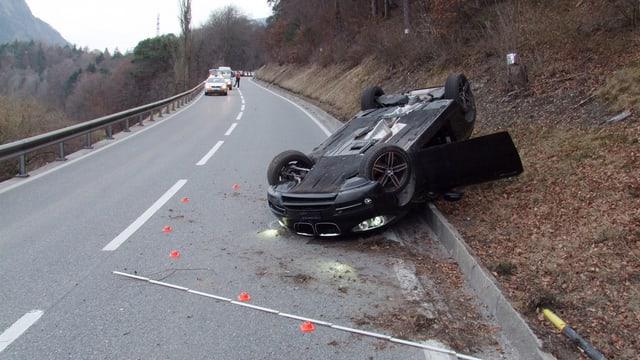L'auto che giascha sin il tetg sin il vial da la via.