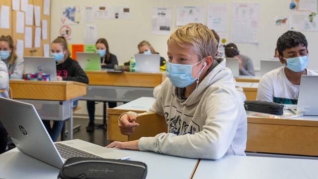 Die Sekundarklasse 9b der Schule Dennigkofen aus Ostermundigen während der Videokonferenz mit Annette Fetscherin