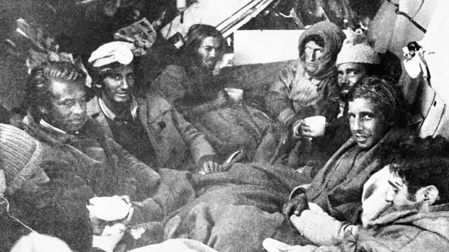 Überlebende des in den Anden abgestürzten Flugzeugs drängen sich in Decken gehüllt im Flugzeugrumpf zusammen.