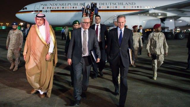 Der deutsche Aussenminister Frank-Walter Steinmeier auf dem Flughafen von Riad, begleitet vom deutschen Botschafter in Saudi-Arabien.