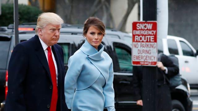 Donald Trump e sia dunna Melania venderdi en damaun sin via ad in servetsch divin.