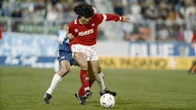 Diego Armando Maradona in einem roten Napoli-Shirt mit der Aufschrift Mars.