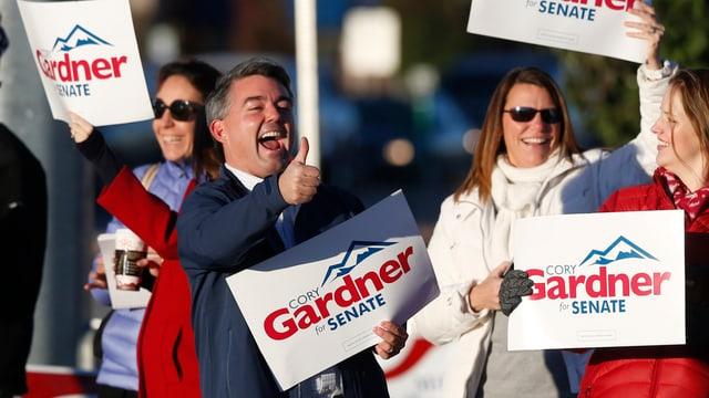 Cory Gardner und Wähler an einer Veranstaltung