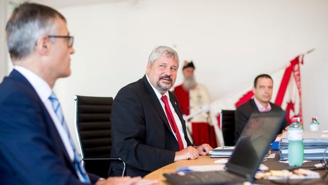 Der Winterthurer Stadtpräsident Michael Künzle spricht an einem Tisch mit zwei Mitarbeitern