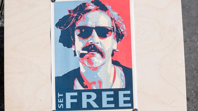 Ein Plakat wirbt fuer die Freilassung des deutsch-türkischen Journalisten Deniz Yücel.