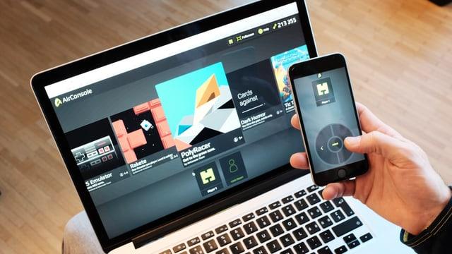 Laptop auf dem Schoss und Smartphone in der Hand