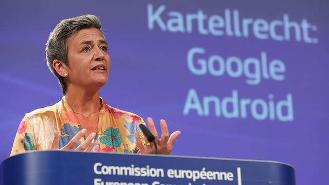 La cumissaria da l'UE Margrethe Vestager tar la cumissiun da l'UE en connex cun la multa envers Google.