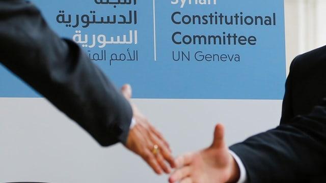 Zwei Leute schütteln sich die Hände.