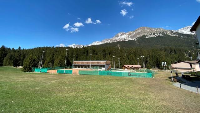 In dals lieus che vegnan examinads per construir la nova plazza da sport, è la Luziuswiese da manaivel da la scola.