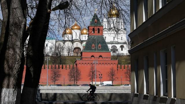 Symbolbild: Der Kreml in Moskau, fotografiert aus einer Seitenstrasse.