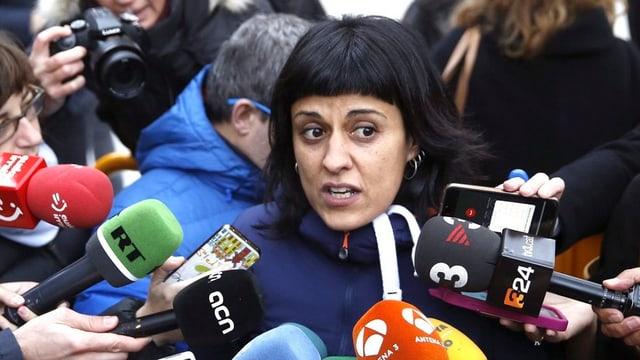 Anna Gabriél wird von Journalisten umringt.
