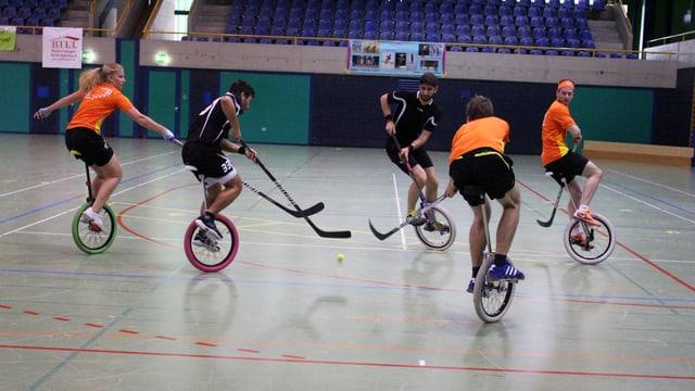 Einradhockeyspielerinnen und -spieler im Duell