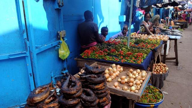 Ein Stand mit Gemüse an einem Markt in Monrovia, Liberia.