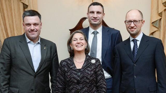 US-Chefdiplomatin Nuland posiert mit den Exponenten der ukrainischen Opposition.
