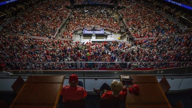 fulla da 20'000 aderents da Trump en stadion.