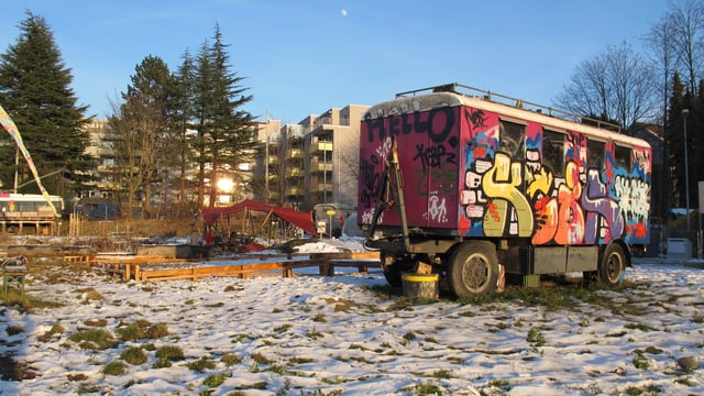 Buntbemalter Zirkuswagen auf der Kronenwiese