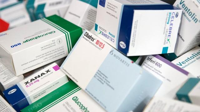 Medikamtenpackungen auf einem Haufen.