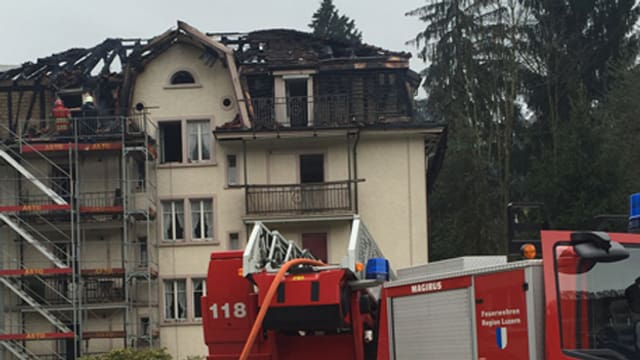 Fuerwehrauto vor dem ausgebrannten Haus in Kriens.