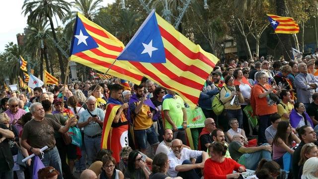 Blera glieud e bandieras da la Catalugna.