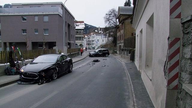 Vista sin il lieu d'accident cun ils 2 autos donnegiads.