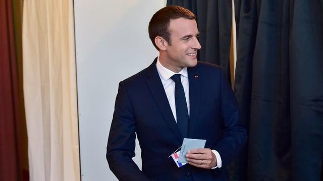 Emanuel Macron cun il cedel electoral.