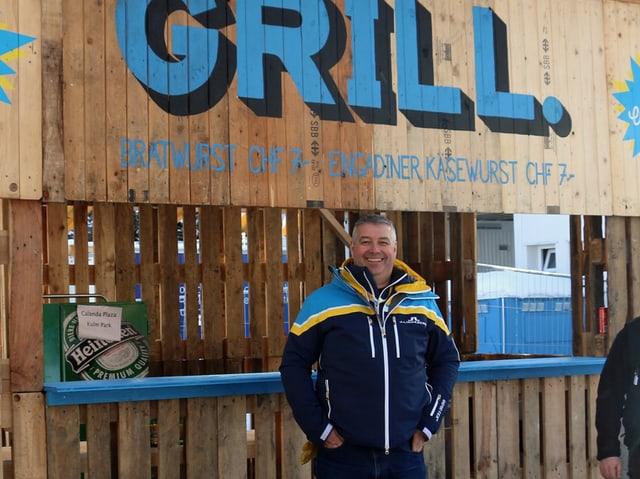 Andri Schmellentin vor eine Grill-Station.