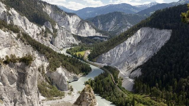 Panorama der Rheinschlucht mit steilen Felshängen