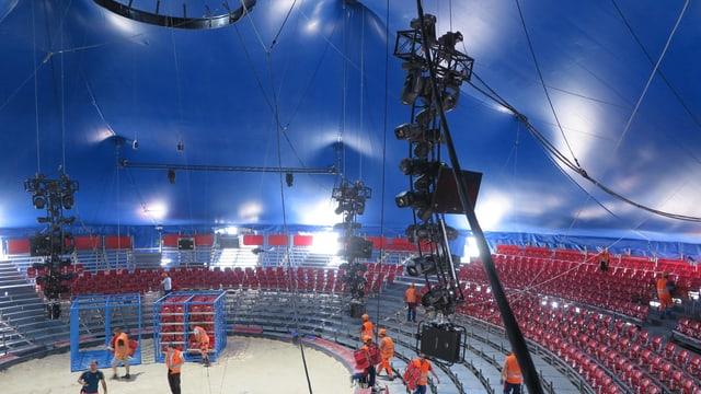 Das halbfertige Innere eines Zirkuszeltes.