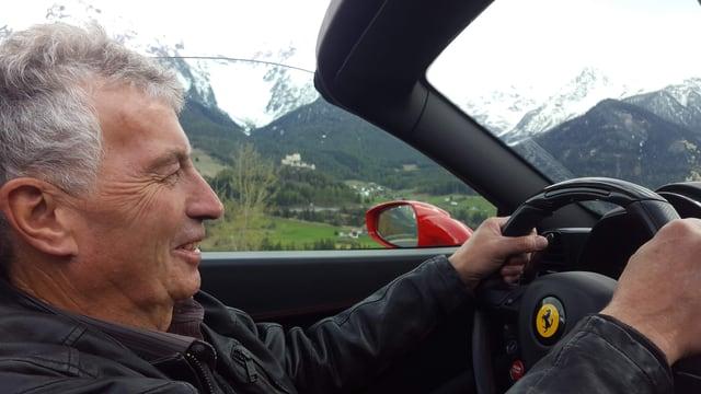 Walter Erni da Scuol in ses element - in viadi cul Ferrari 458 Spider, davos il chastè da Tarasp